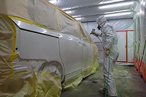 車の板金塗装、塗装中の